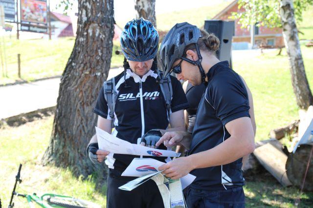 Cyklisti planuju trasu v Pieninach