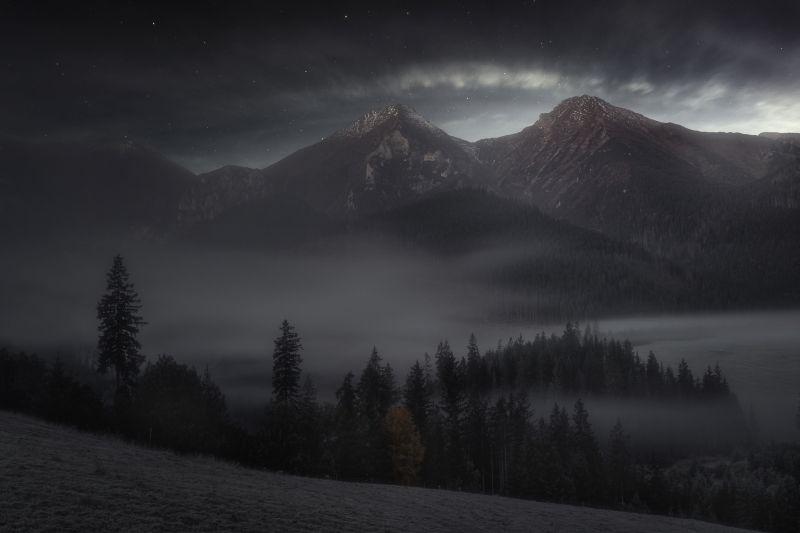 1.-miesto-Priroda-2017-Marian-Kuric-Ked-mesiac-zapada.jpg